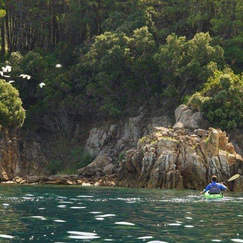 С каяк около полуостров Бростомница, Халкидики, Гърция
