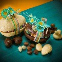 Шоколадова яйчена черупка пълна с яйчица